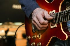 den mänskliga handen spelar gitarrbysten arkivbilder