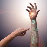 Den mänskliga robotic handen i futuristiskt begrepp Arkivbilder
