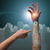 Den mänskliga robotic handen i futuristiskt begrepp Royaltyfria Bilder