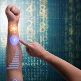 Den mänskliga robotic handen i futuristiskt begrepp Arkivfoton