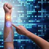 Den mänskliga robotic handen i futuristiskt begrepp Fotografering för Bildbyråer