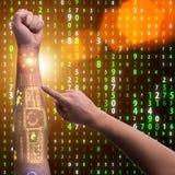 Den mänskliga robotic handen i futuristiskt begrepp Arkivfoto