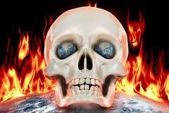 Den mänskliga skallen på en bakgrund av planetjord i brand Royaltyfri Bild