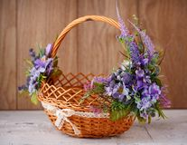 Den märkes- korgen dekoreras med blommor Den vide- korgen för att fira påsk och annan semestrar Royaltyfri Foto