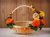 Den märkes- korgen dekoreras med blommor Den vide- korgen för att fira påsk och annan semestrar Royaltyfri Fotografi