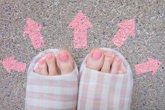 Den målade rosa färgen spikar Härliga rosa färger spikar manikyr med rosa färgflaskan i kvinna är handen på rosa bakgrund Arkivbild