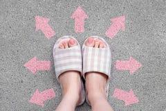 Den målade rosa färgen spikar Härliga rosa färger spikar manikyr med rosa färgflaskan i kvinna är handen på rosa bakgrund Arkivfoton