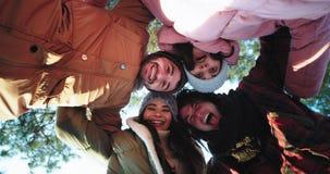 Den mång- etniska ursnygga gruppen av vänner som tycker om tiden, tar videokameran, och att göra gör roliga videopp selfies stock video