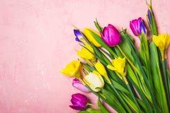 Den mångfärgade våren blommar buketten letters amerikansk för färgexplosionen för kortet 3d ferie för hälsningen för flaggan nati Arkivbild