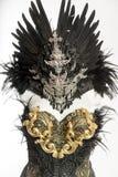 Den mörka gotiska klänningen bildade vid en silvermetalltiara och guld- Co Royaltyfri Foto
