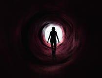 den mörka ljusa paranormala röda tunnelen går Arkivfoto