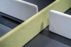 Den mörka tabellen med gräsplan och grå färger texturerade delningar arkivbild