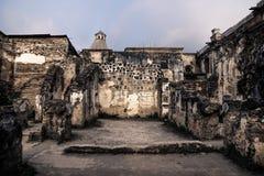 Den mörka trädgården fördärvar in av den Templo de San Jose domkyrkan, Antigua, Guatemala, Central America royaltyfri bild