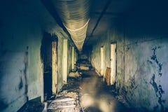 Den mörker översvämmade korridoren eller tunnelen i gammal tunnelbana övergav den sovjetiska militära bunker arkivfoto
