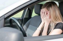 In den Mühen - unglückliche Frau im Auto Stockfotos
