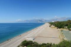 Den 100m breda Konyaalti stranden på en vårdag i Antalya Royaltyfria Bilder