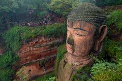 Den 71m högväxta jätte- Buddha (Dafo) som snidas ut ur berget i den 8th århundradeCEN, Leshan, Sichuan landskap Royaltyfri Fotografi