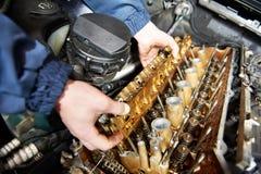 Den Machanic repairmanen på bilbilmotorn reparerar Royaltyfri Foto