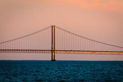 Den Mackinac bron som glimmar på solnedgången Royaltyfri Foto