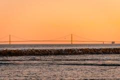 Den Mackinac bron som solen ställer in från den Mackinac ön Arkivbild
