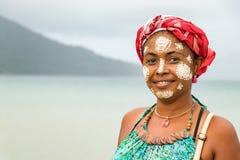 Den madagassiska kvinnan med hennes målade framsida, Vezo-Sakalava tradition som är nyfiken är, Madagascar royaltyfri bild