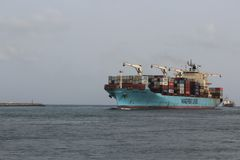 Den Maersk linjen behållareskepp ankommer Lagos port laden med laster royaltyfria foton