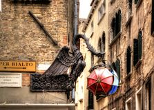 Den Maforio drakelyktan med paraplyer i Venedig royaltyfria foton