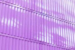 Den magentafärgade färgen av diagramet av korrugerad textur Begrepp: pålitligt abstrakt, idérikt, konst, staket Arkivfoto