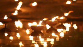 Den Magha pujadagen, munkar tänder stearinljuset för buddha,