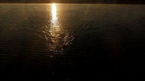 Den magiska antennen sköt av professsionalsimmare på solnedgången arkivfilmer