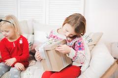 Den magiska gåvaasken och ett barn behandla som ett barn flickor, julmirakel, den lilla härliga lyckliga le flickan öppnar en ask arkivbild