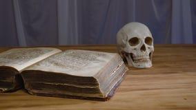 Den magiska ritualen Forntida bok- och människaskalle Begrepp för allhelgonaafton lager videofilmer