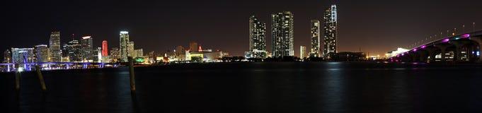 Den magiska staden - Miami horisont på natten royaltyfria bilder