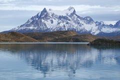 Den Majestätisk Cuernos del Paine reflexionen i den LaTorres del Paine nationalparken, Patagonia, Chile Fotografering för Bildbyråer