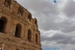 Den majestätiska Colosseumen på en bakgrund av molnig himmel arkivbild