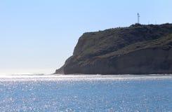Den majestätiska klippan badade vid strålarna av solen på blå molnfri dag i San Diego, Kalifornien Royaltyfri Foto