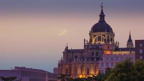 Den majestätiska kupolen av Almudena Cathedral i Madrid spain lager videofilmer