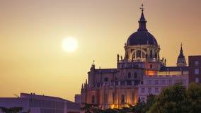 Den majestätiska kupolen av Almudena Cathedral i Madrid spain arkivfilmer