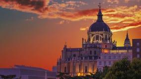 Den majestätiska kupolen av Almudena Cathedral i Madrid spain stock video