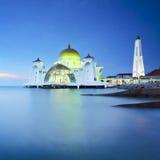 Den majestätiska moskén under blå timme Arkivfoto