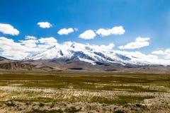 Den majestätiska Muztaghen Ata 7546m som sett från den Karakorum huvudvägen, Xinjiang, Kina royaltyfria foton