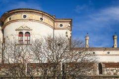 Den majestätiska slotten av Buonconsiglio på hjärtan av staden av Trento står högt i Trentino Alto Adige, Italien, arkivfoton