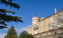 Den majestätiska slotten av Buonconsiglio på hjärtan av staden av Trento står högt i Trentino Alto Adige, Italien, royaltyfria bilder
