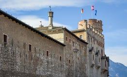 Den majestätiska slotten av Buonconsiglio på hjärtan av staden av Trento står högt i Trentino Alto Adige, Italien, fotografering för bildbyråer