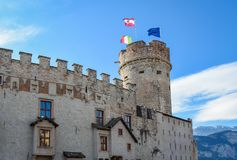 Den majestätiska slotten av Buonconsiglio på hjärtan av staden av Trento står högt i Trentino Alto Adige, Italien, royaltyfri foto