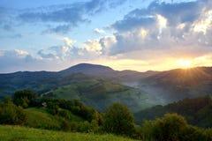 Den majestätiska solnedgången i berglandskapet mörk illavarslande mulen skystorm för oklarheter Carpathian Rumänien, Europa Carpa Royaltyfri Fotografi