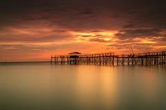 Den majestätiska solnedgången på en bambu strukturerar traditionellt gjort av läge Arkivbilder