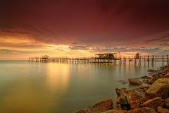 Den majestätiska solnedgången på en bambu strukturerar traditionellt gjort av läge Royaltyfri Bild