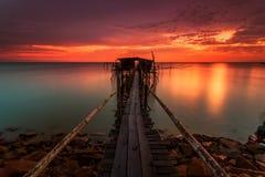 Den majestätiska solnedgången på en bambu strukturerar traditionellt gjort av läge Royaltyfri Fotografi