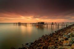 Den majestätiska solnedgången på en bambu strukturerar traditionellt gjort av läge Fotografering för Bildbyråer